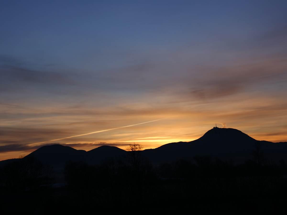 Un coucher de soleil sur la Chaîne des Puys