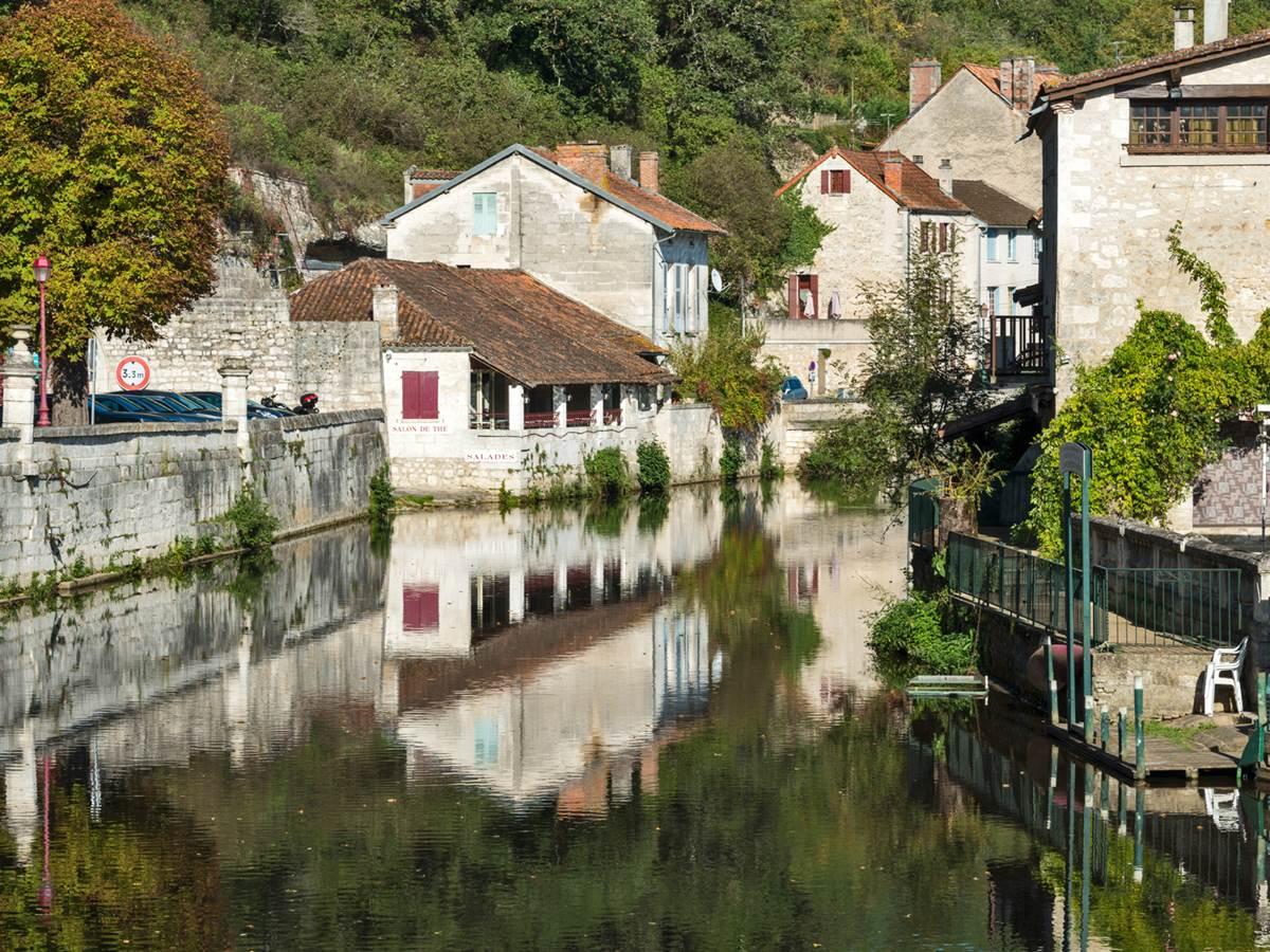 Le charmant village de Brantôme sur la route de Compostelle