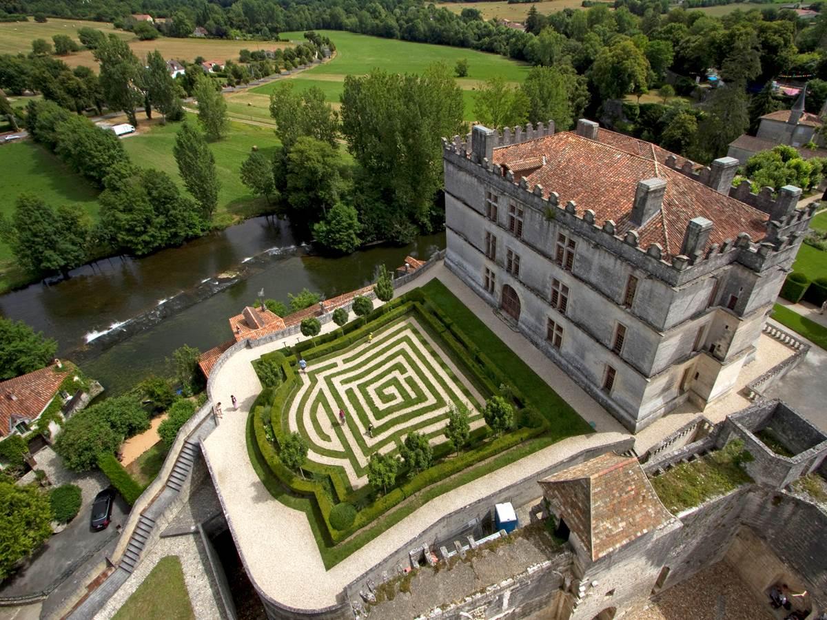 Le château de Bourdeilles bâti sur la roche à fleur d'eau