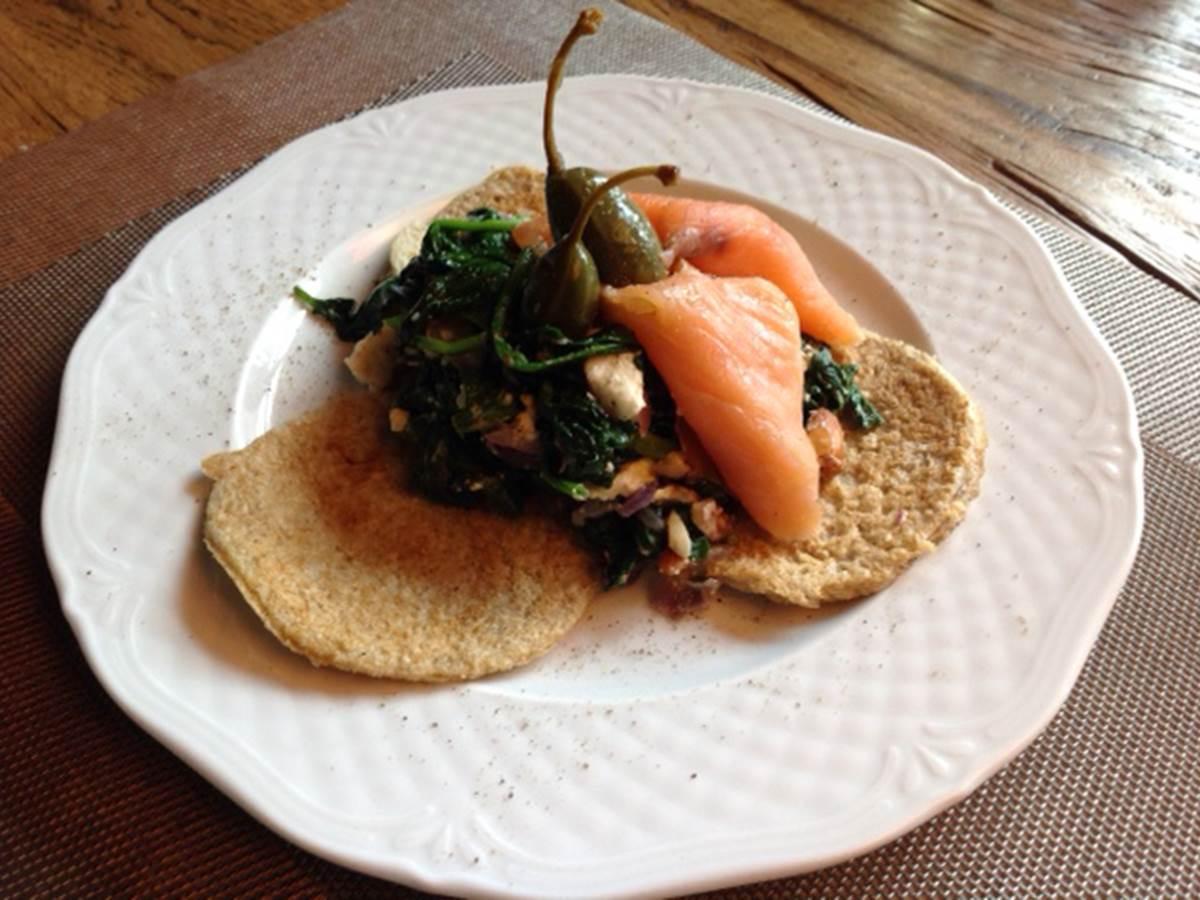Socca aux épinards feta saumon et câpres