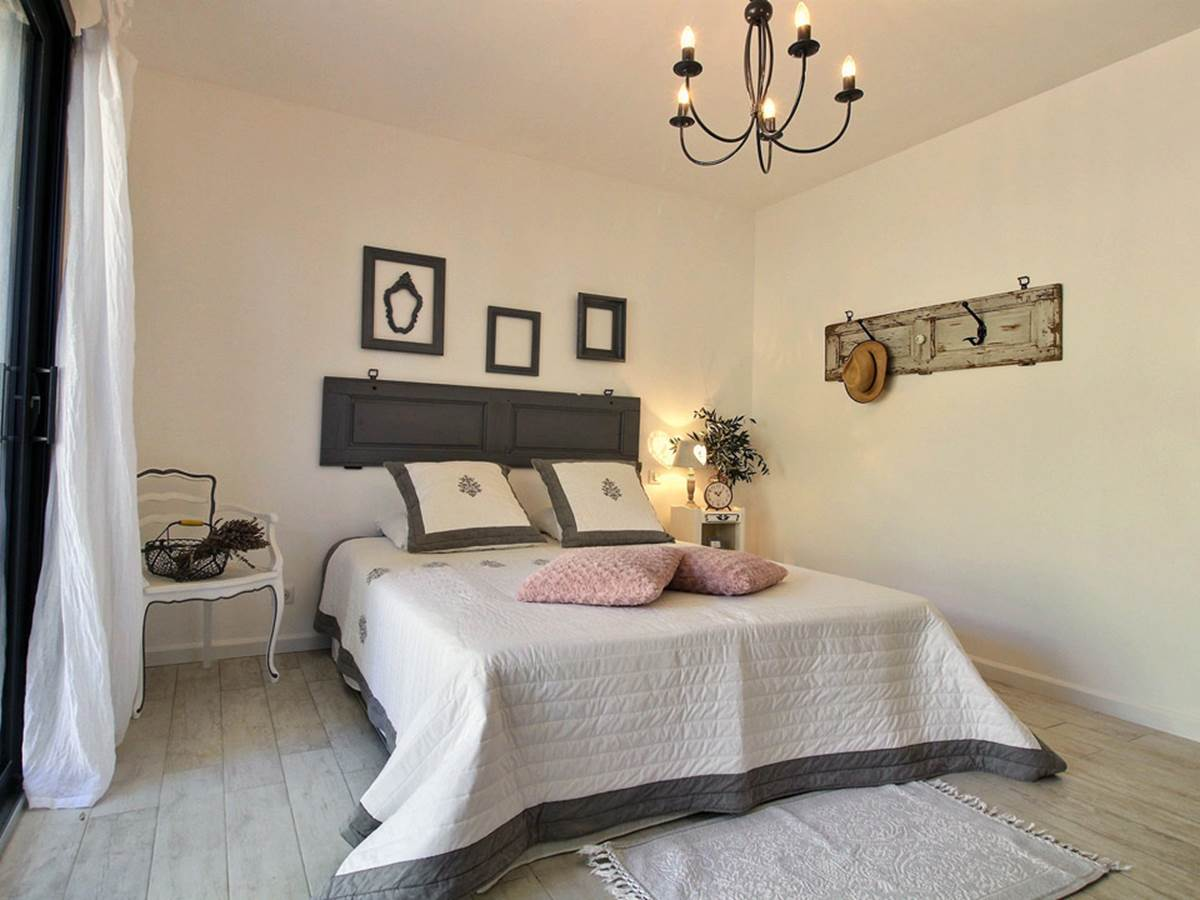 L'Echappée belle  un esprit campagne chic pour cette chambre qui revêt une déclinaison de gris et rose poudré pour une ambiance très cosy !