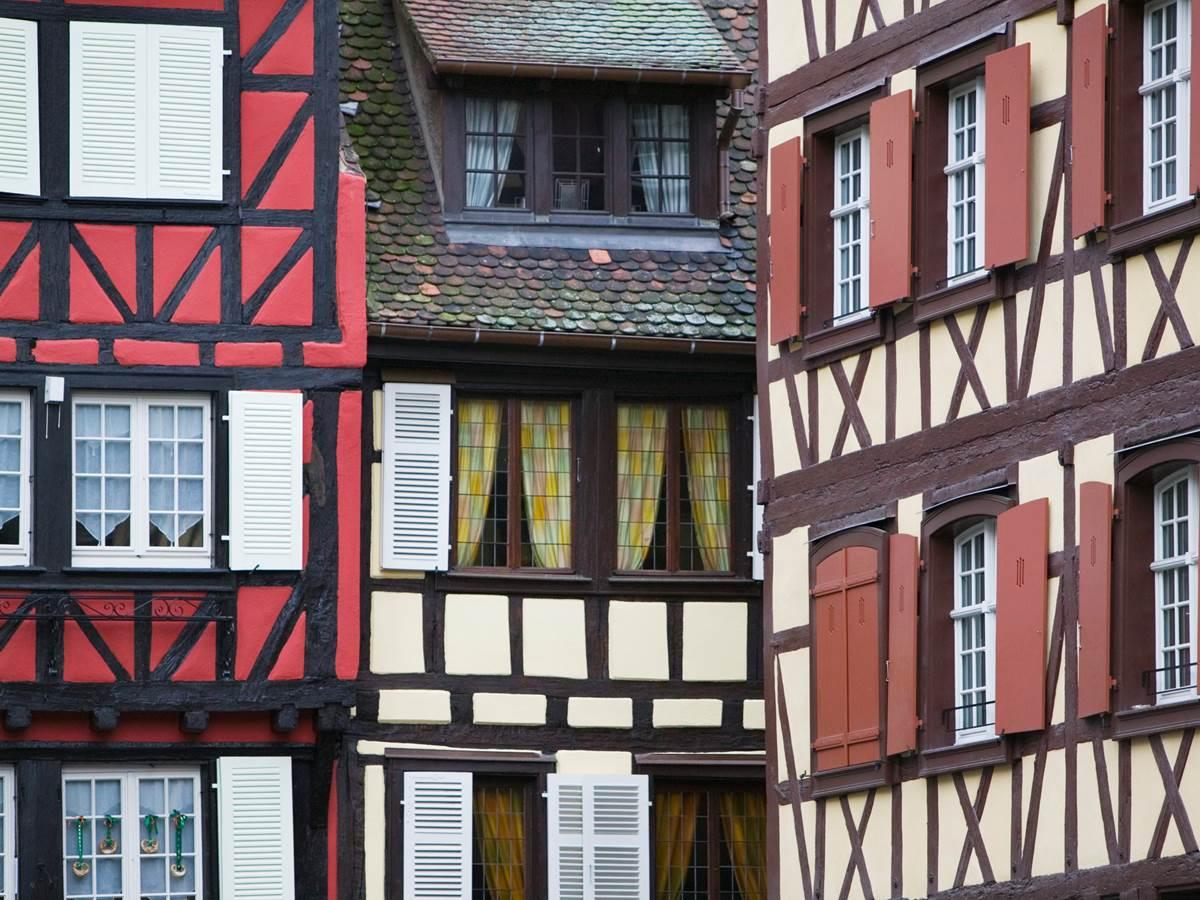 Le charme à Colmar des façades à pans de bois colorées