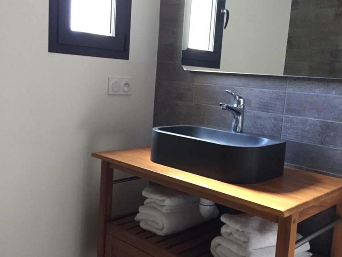 salle d'eau avec sa grande douche à l'italienne