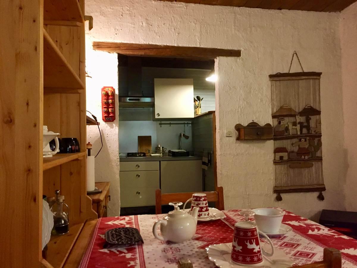 Espace repas avec kitchenette équipée de la suite Alpages
