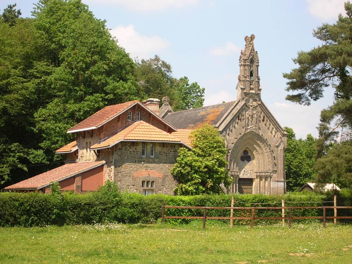 La chapelle et la maison du garde chasse