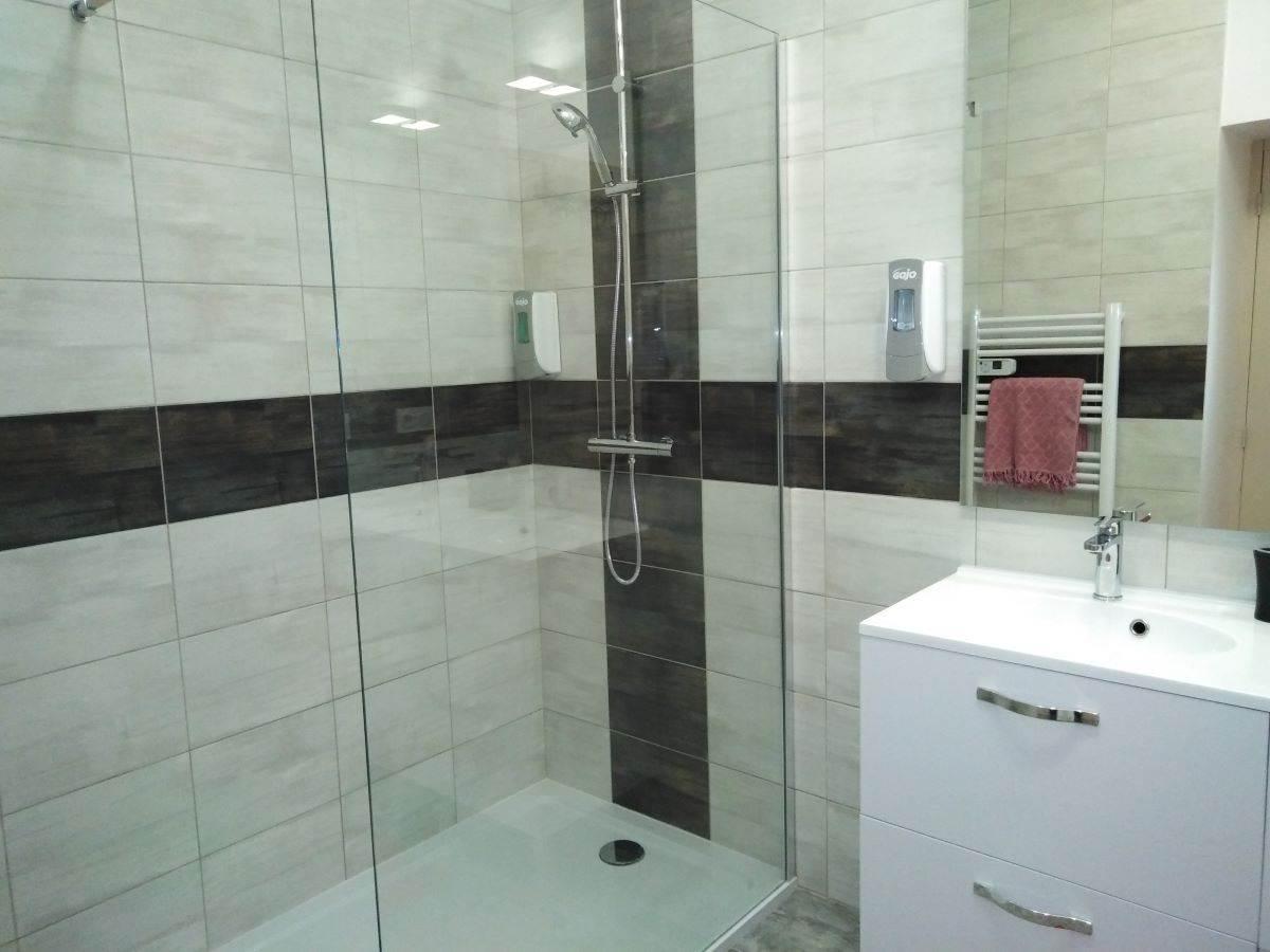 Salle d'eau avec douche italienne suite familiale  ADALIE