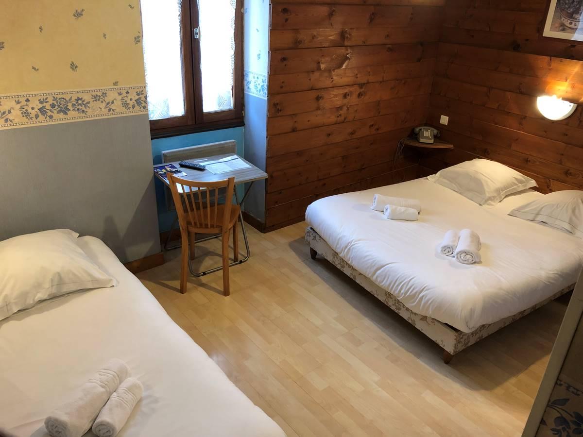 Chambre triple avec douche et wc séparés, à l'étage, vue sur la cour intérieure