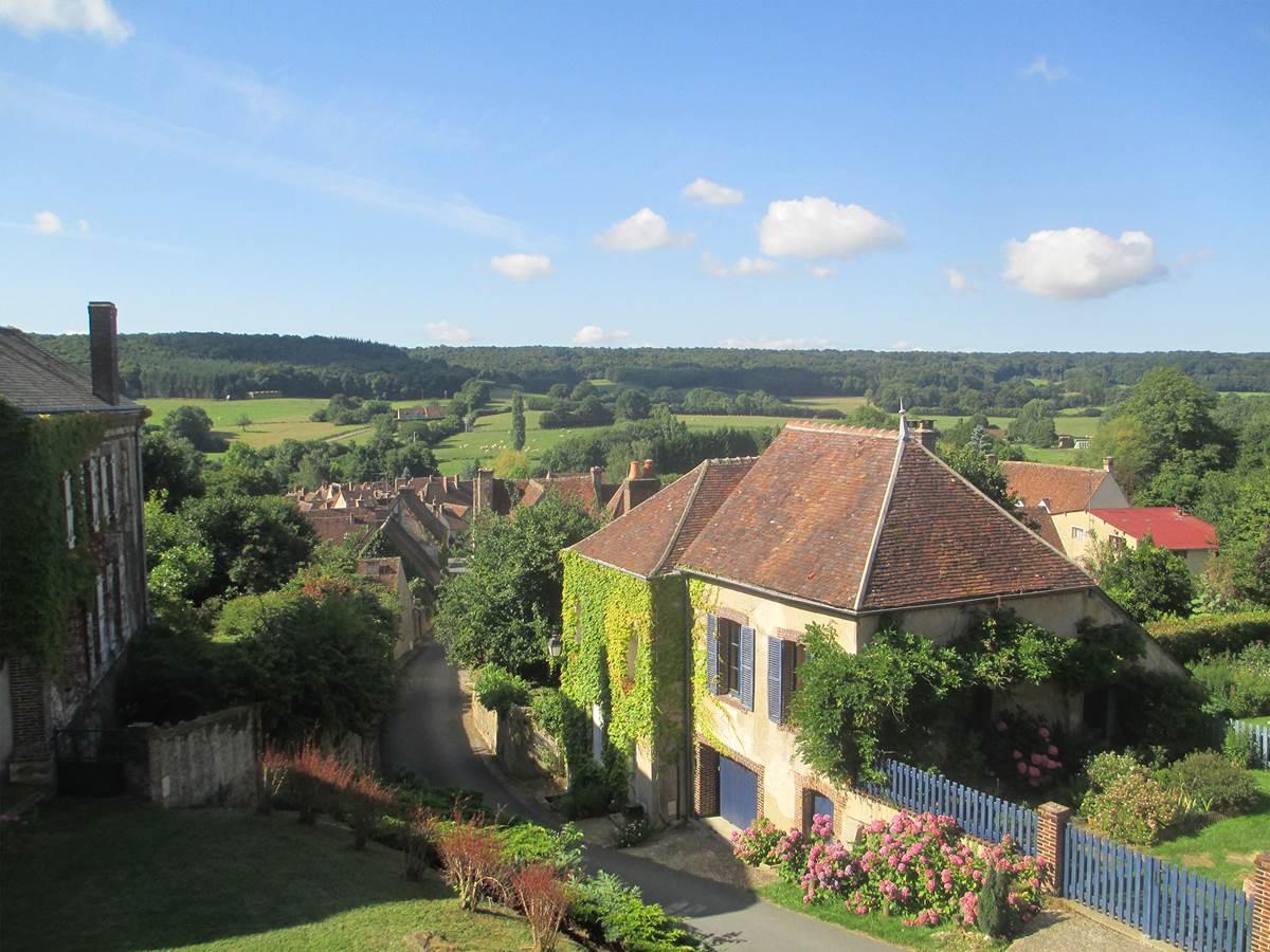 Le village de Moutiers-au-Perche vue depuis l'église Notre-Dame du Mont-Harou.