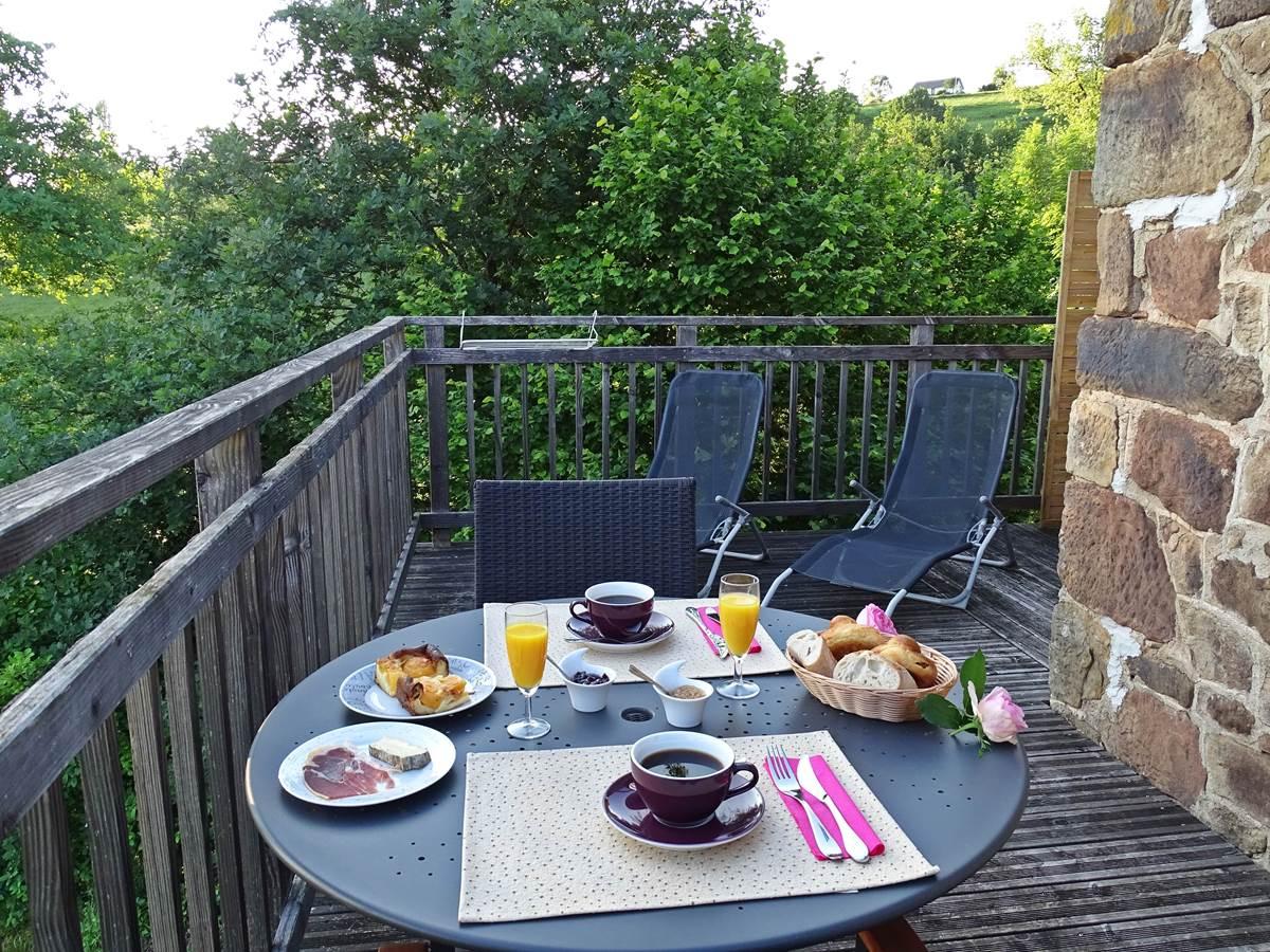 les instants voles jacuzzi privatif - Chambre Guimauve, petit-déjeuner sur la terrasse