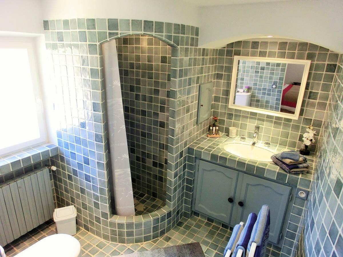 Salle de bain chambre double Provence sur Patio à Bandol dans le Var