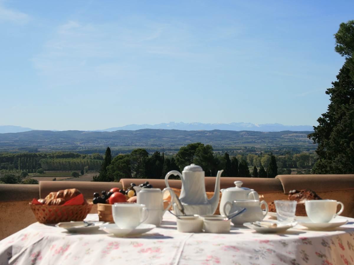 Petit déjeuner aux chambres d'hôtes la Rougeanne avec vue sur les Pyrénées