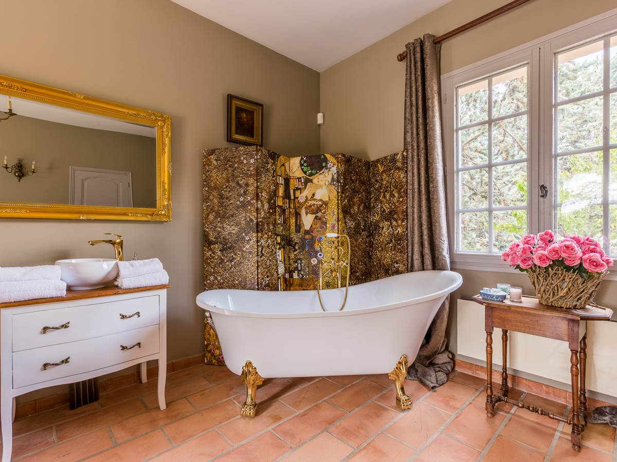 Suite avec baignoire ancienne