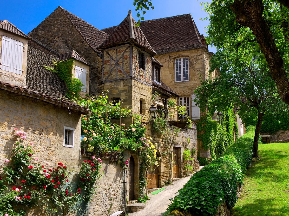 Jolie propriété avec jardin suspendu, roses, tuiles et murs de pierres