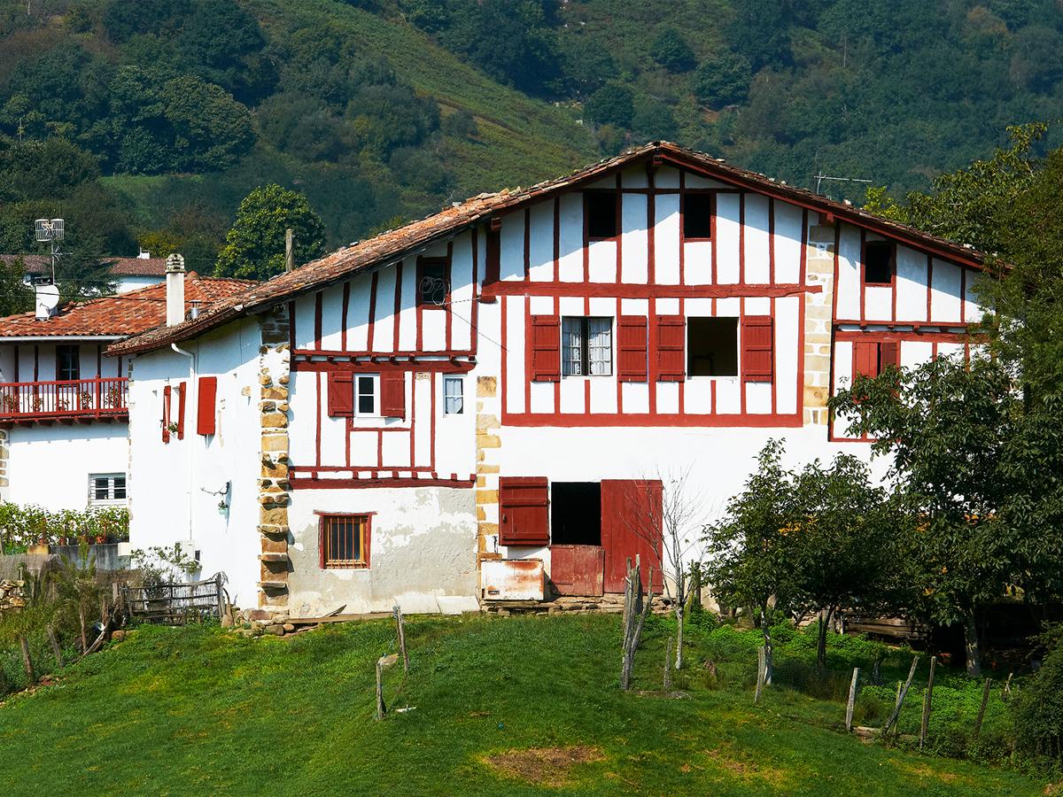 Typique maison basque avec ses pans de bois peints en rouge
