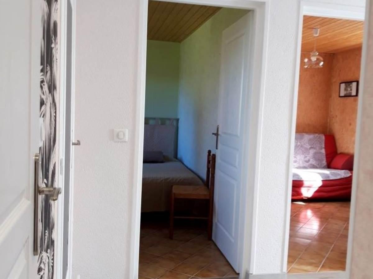 dégagement vue sur salon et chambre 2 lits