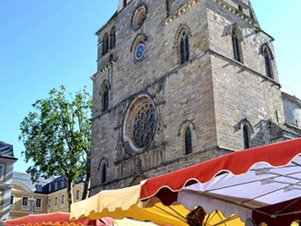 Marché de Cahors sous la cathédrale