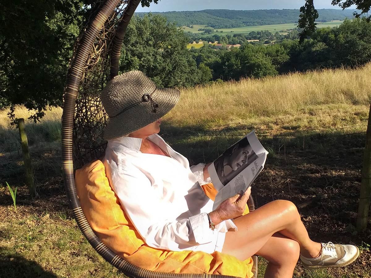 Un fabuleux coin de lecture sous le chêne face aux pyrénées