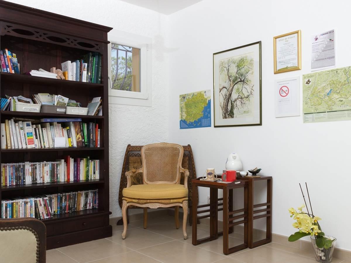 Bibliothèque et espace commun tisane, café
