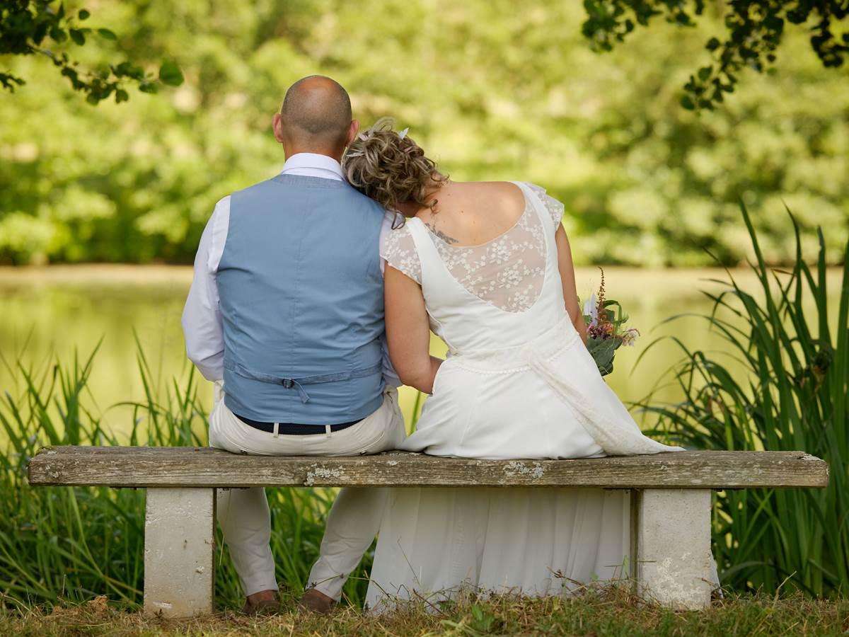 Mariés  au bord de l'étang
