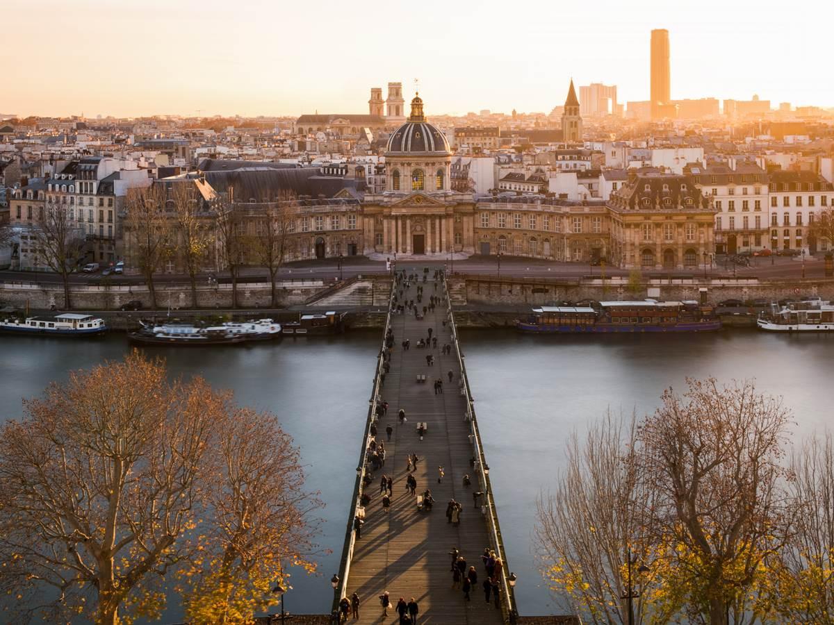 534332869 Pont des Arts et institut de France avec la tour Montparnasse dans le fond
