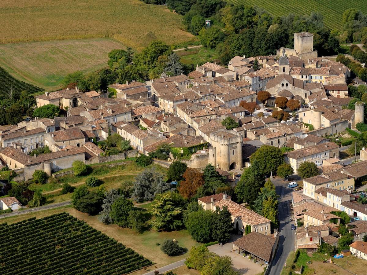 Le village de Rions cerclé de Vignes