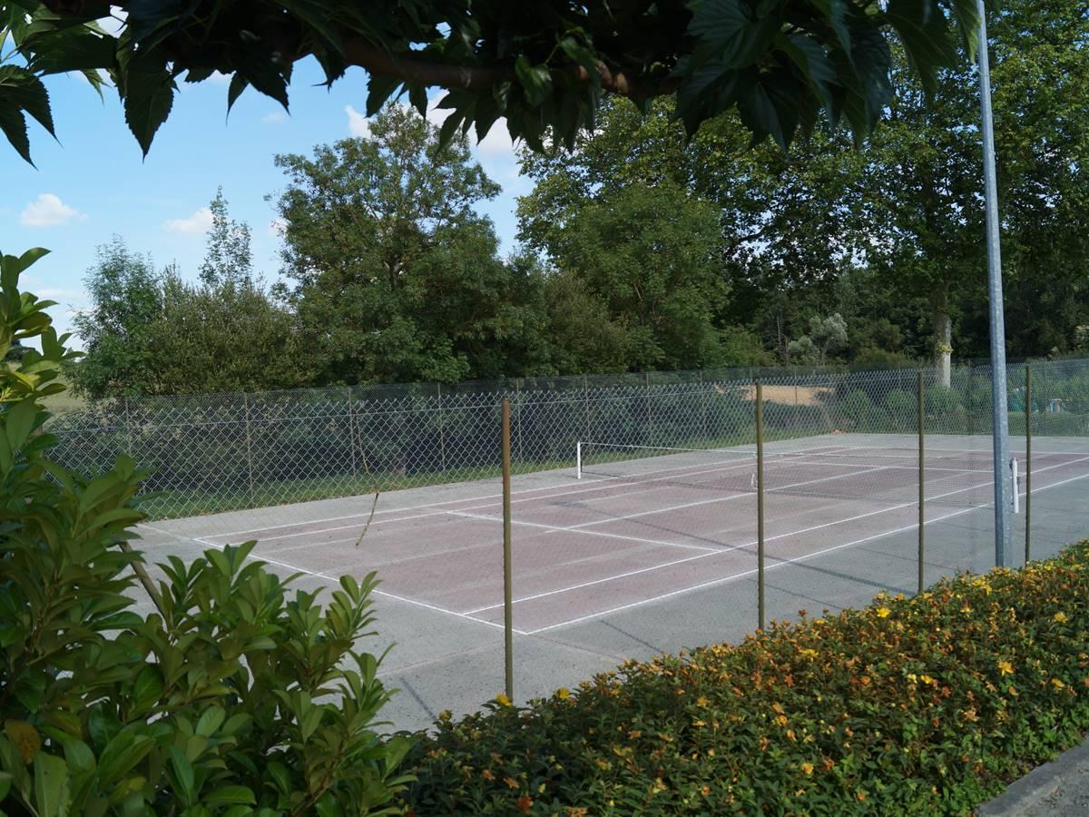 Tennis du village à deux pas de la maison
