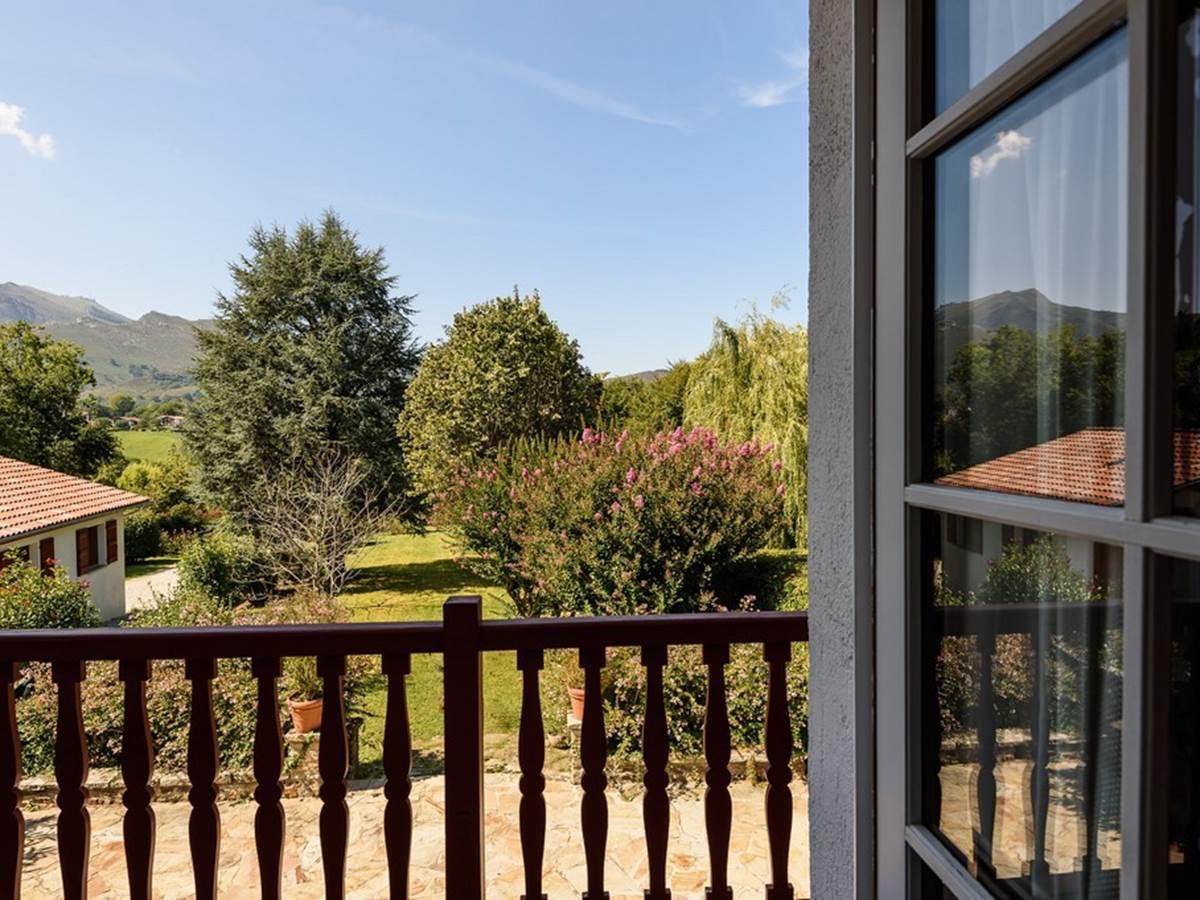 Chambre 2 avec vue sur jardin et la Rhune