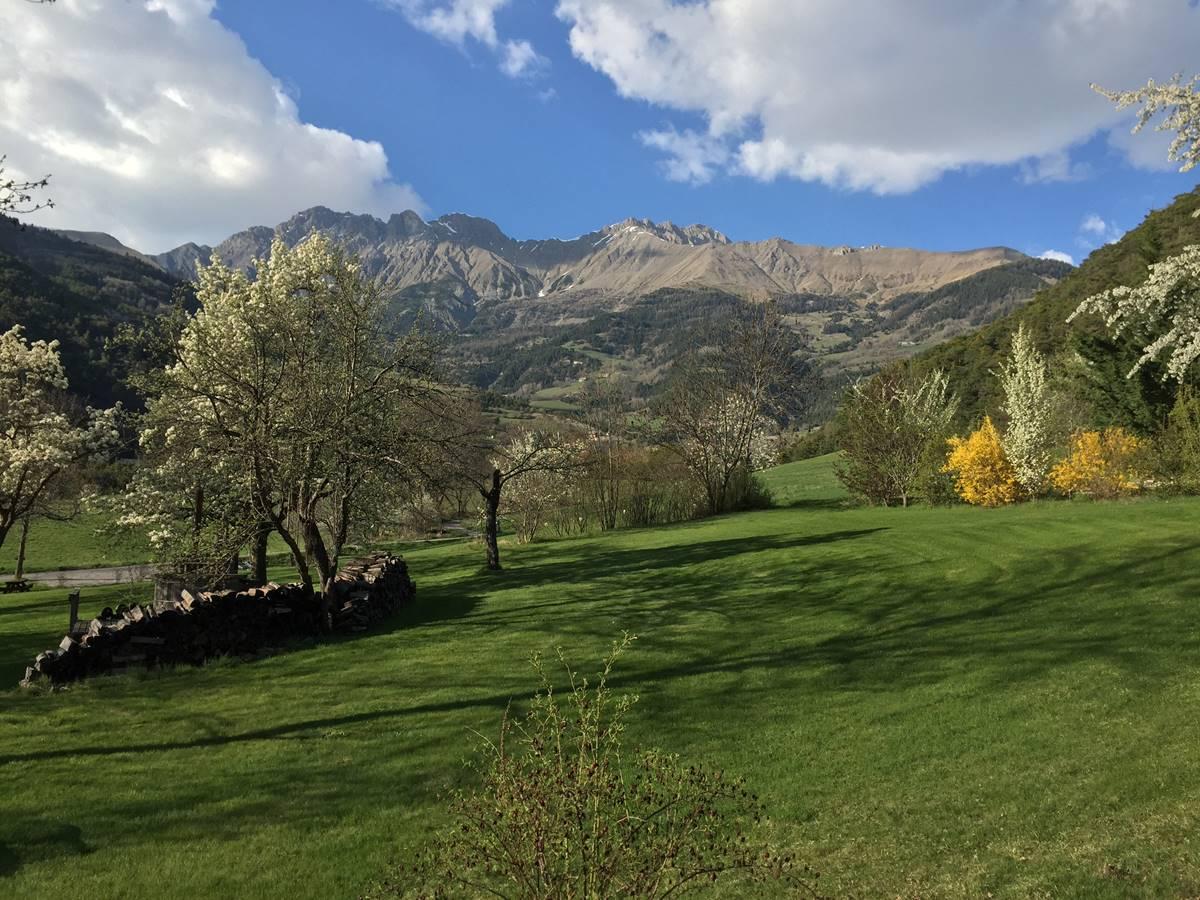 La montagne aux alentours au printemps