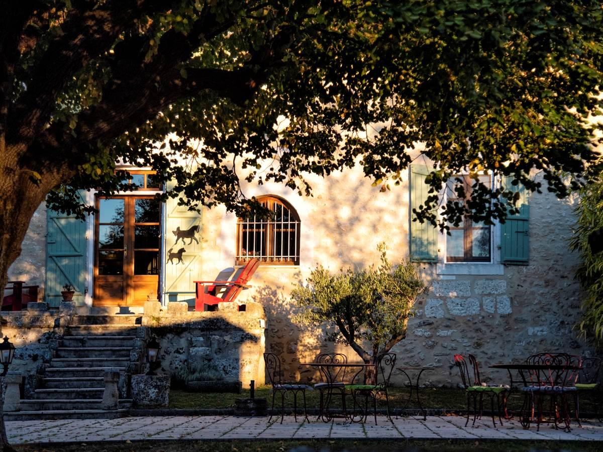 Façade cour La Grande Maison Photo (c) Michel Dartenset
