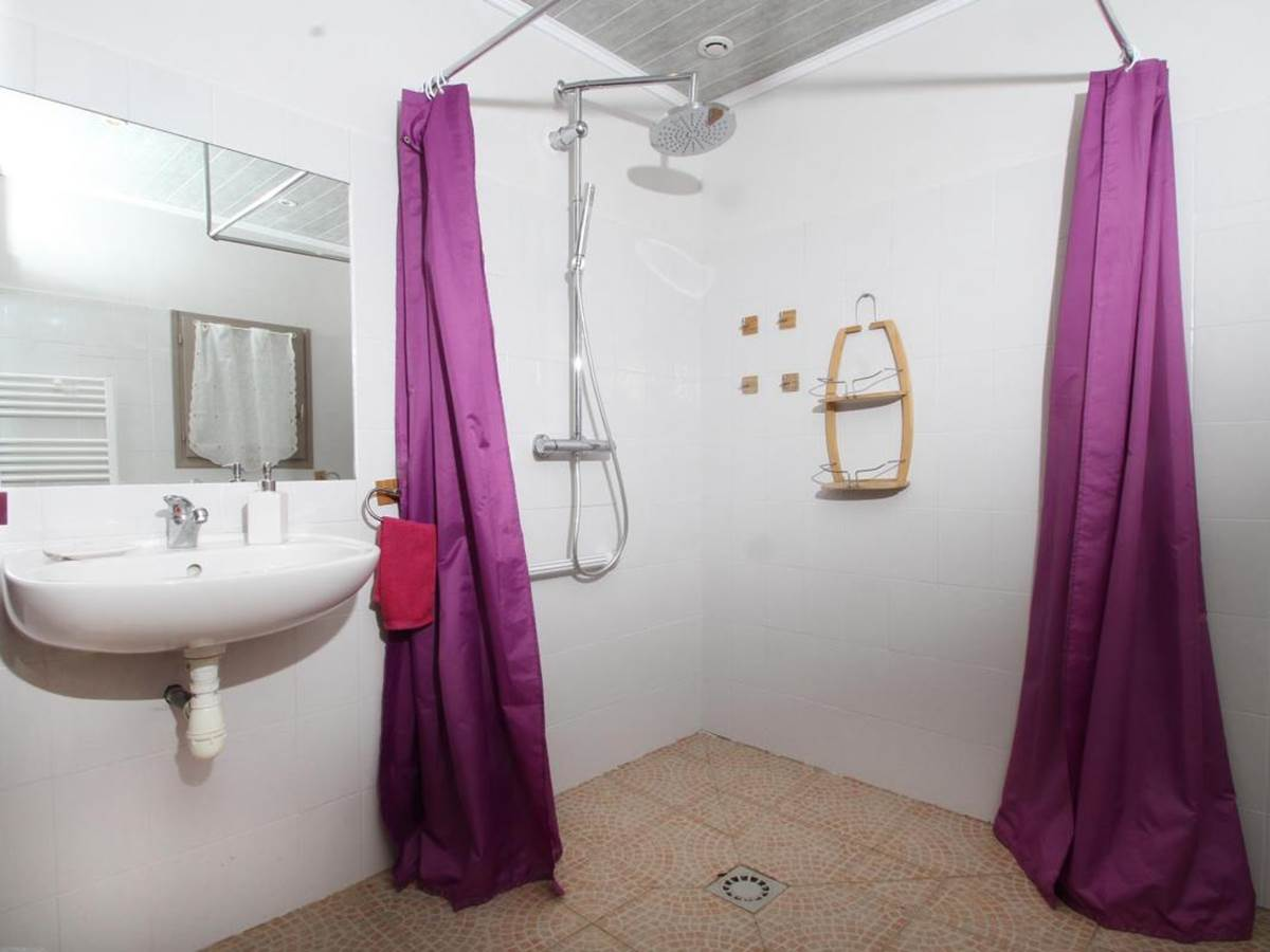 Salle de douche PMR