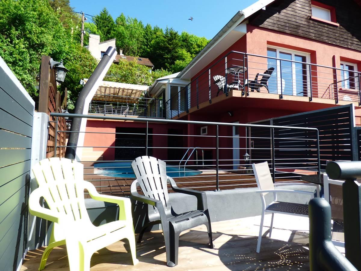 Vue petite terrasse maison Chambres d'Hôtes La Colline aux Yeux Doubs