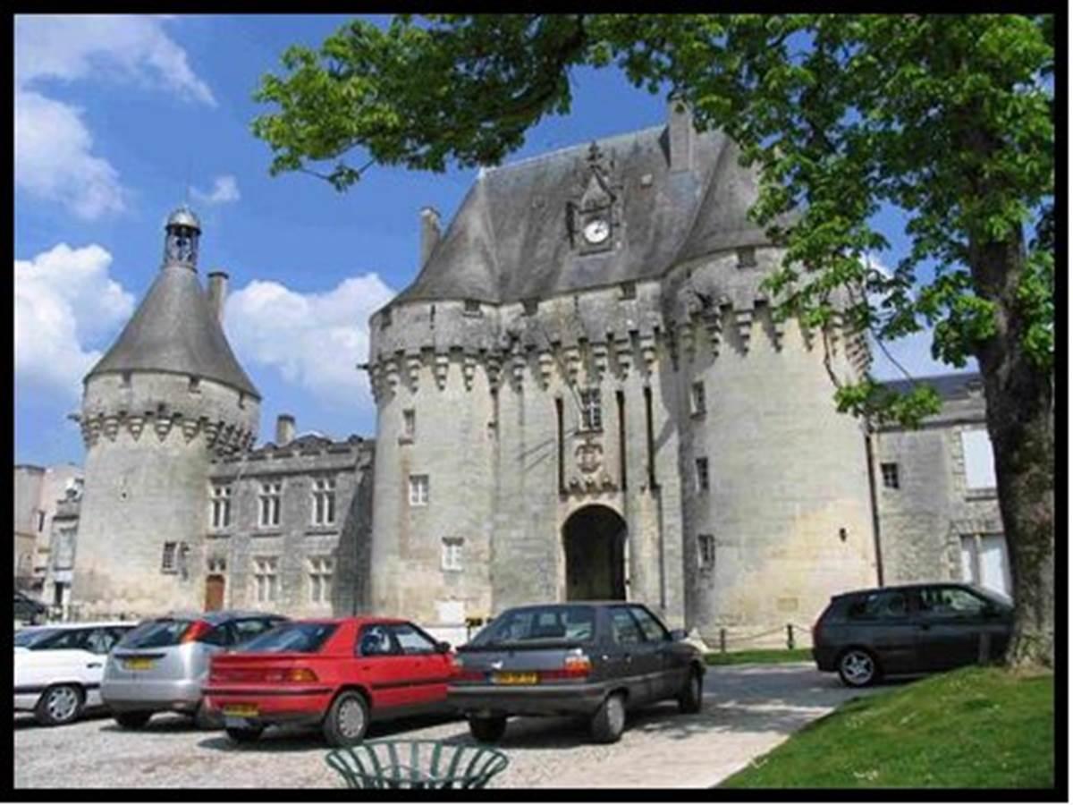 Le château - à 2 mn à pied, départ des sentiers