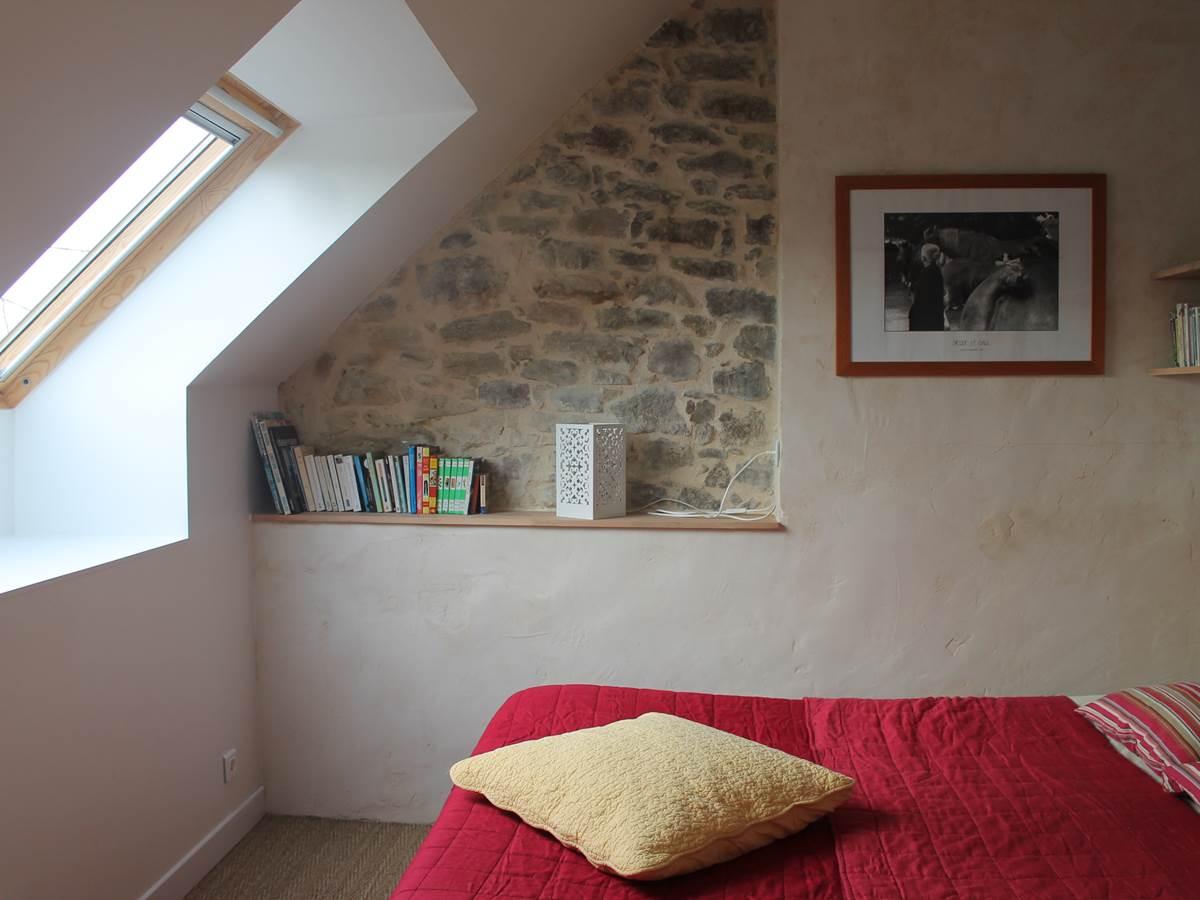 mur à la chaux et pierres dans la chambre