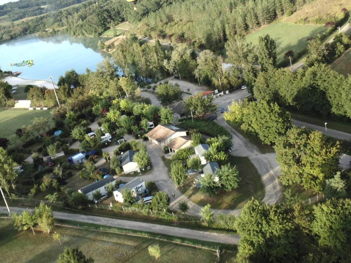 vue aérienne du camping et de sa base de loisirs