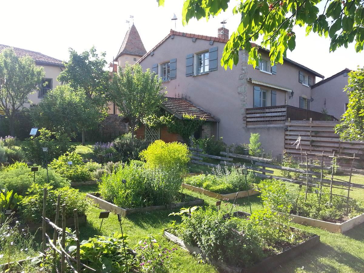 Le jardin du Moyen Age au pied de la maison