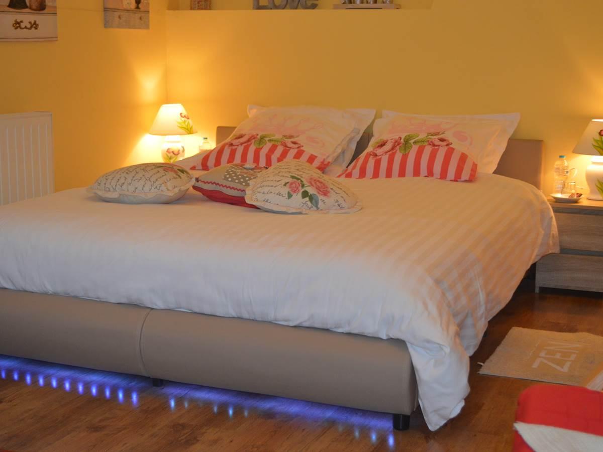 Chambre Rose Garden et son lit queen size avec led.