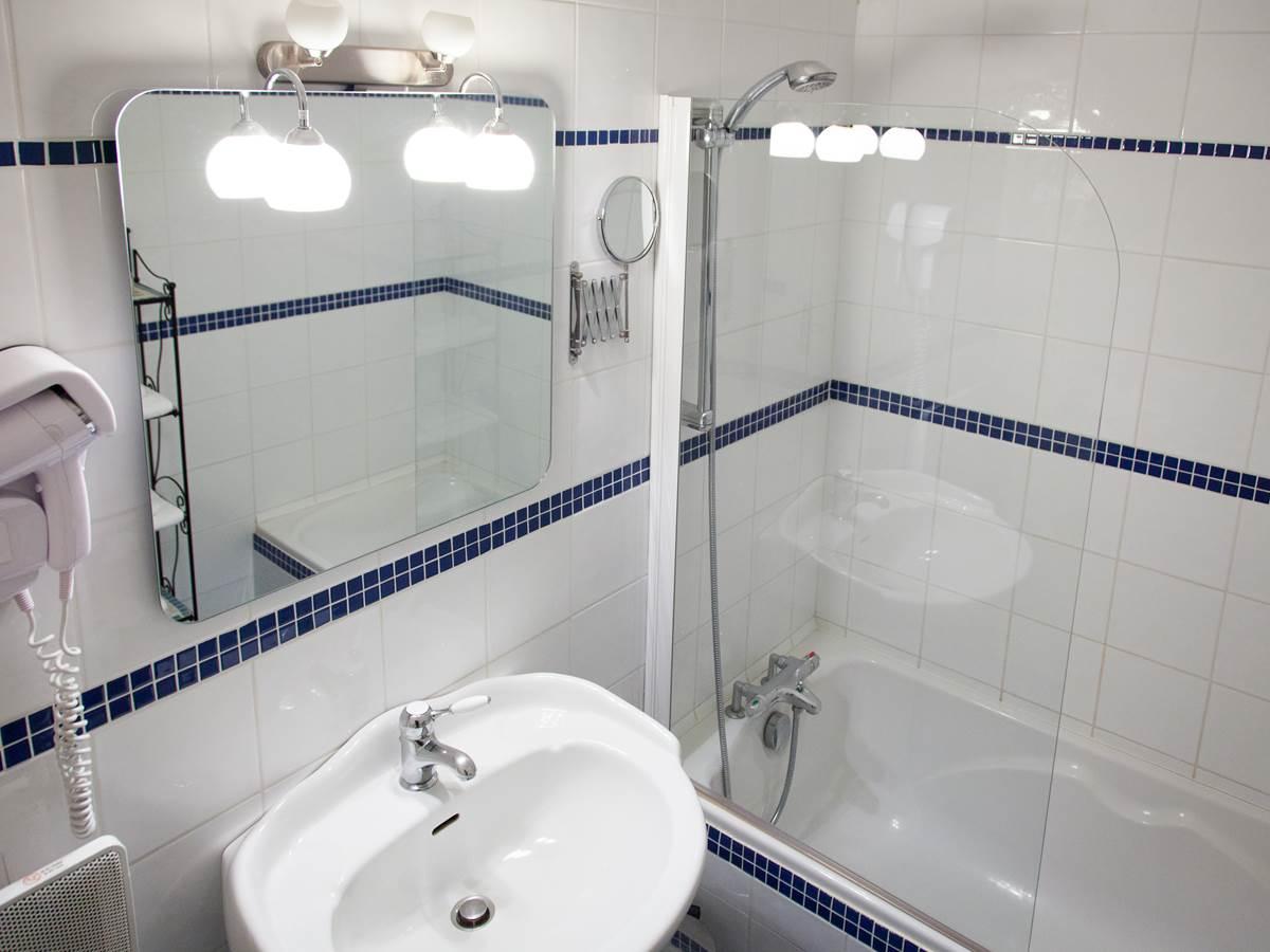 Salle de bain chambre classique Hôtel de Kerlon Plouhinec Morbihan