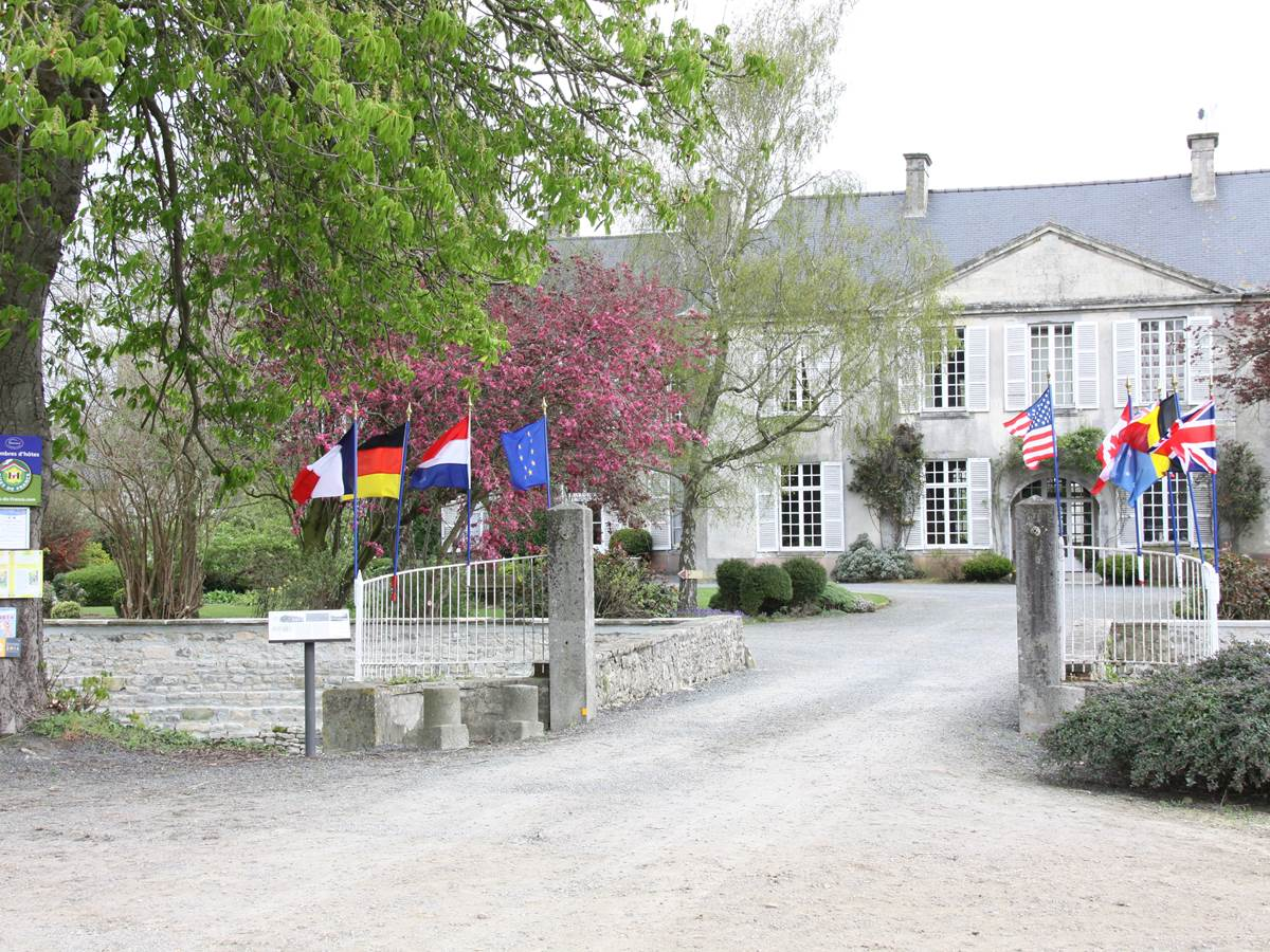 Le pont d'entée avec drapeaux