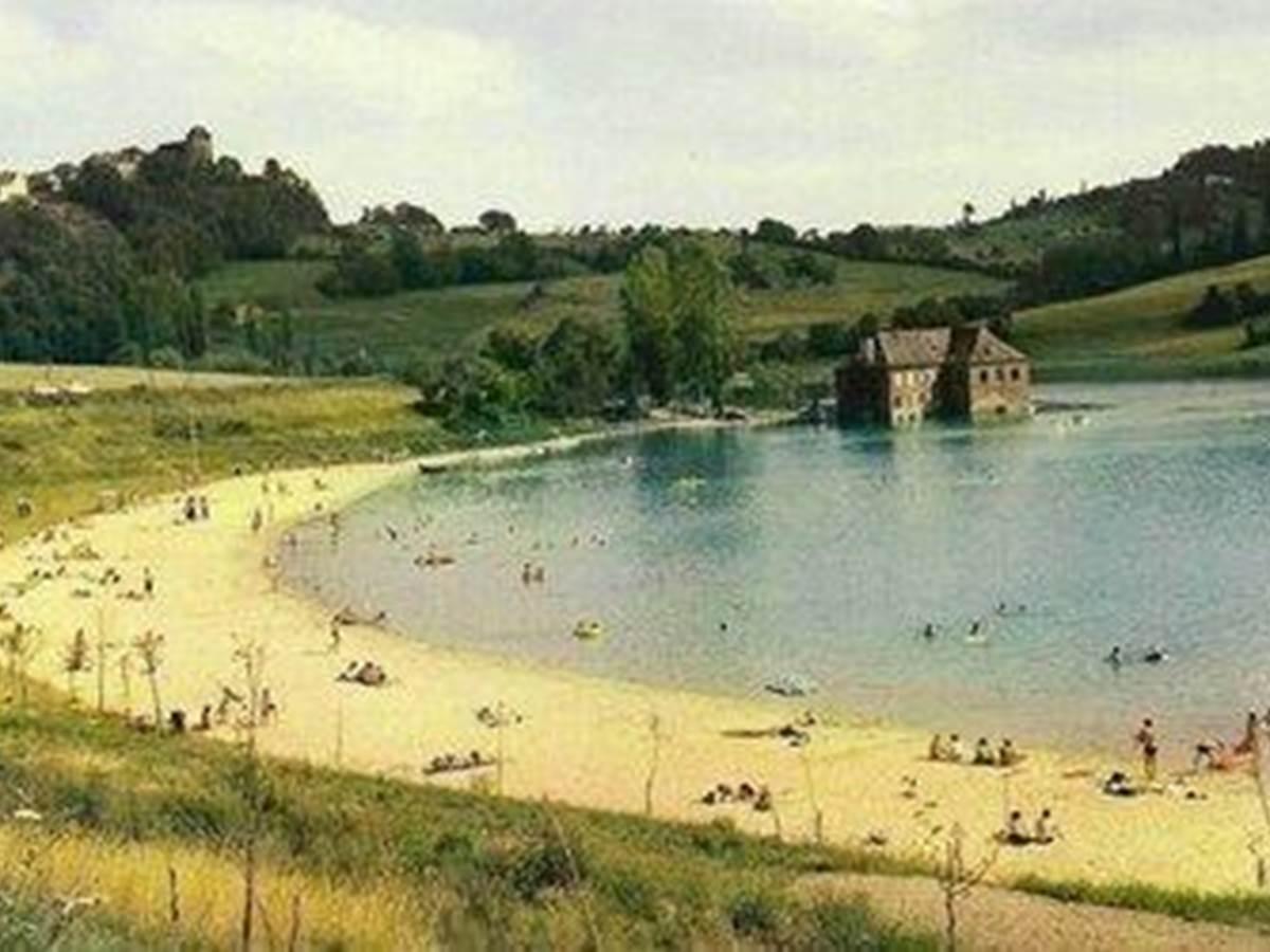 Baignade et canoë au lac du Causse à Chasteaux