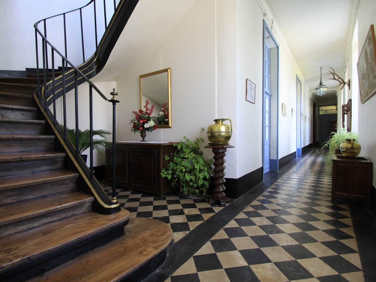 L'entrée et escalier des Hotes