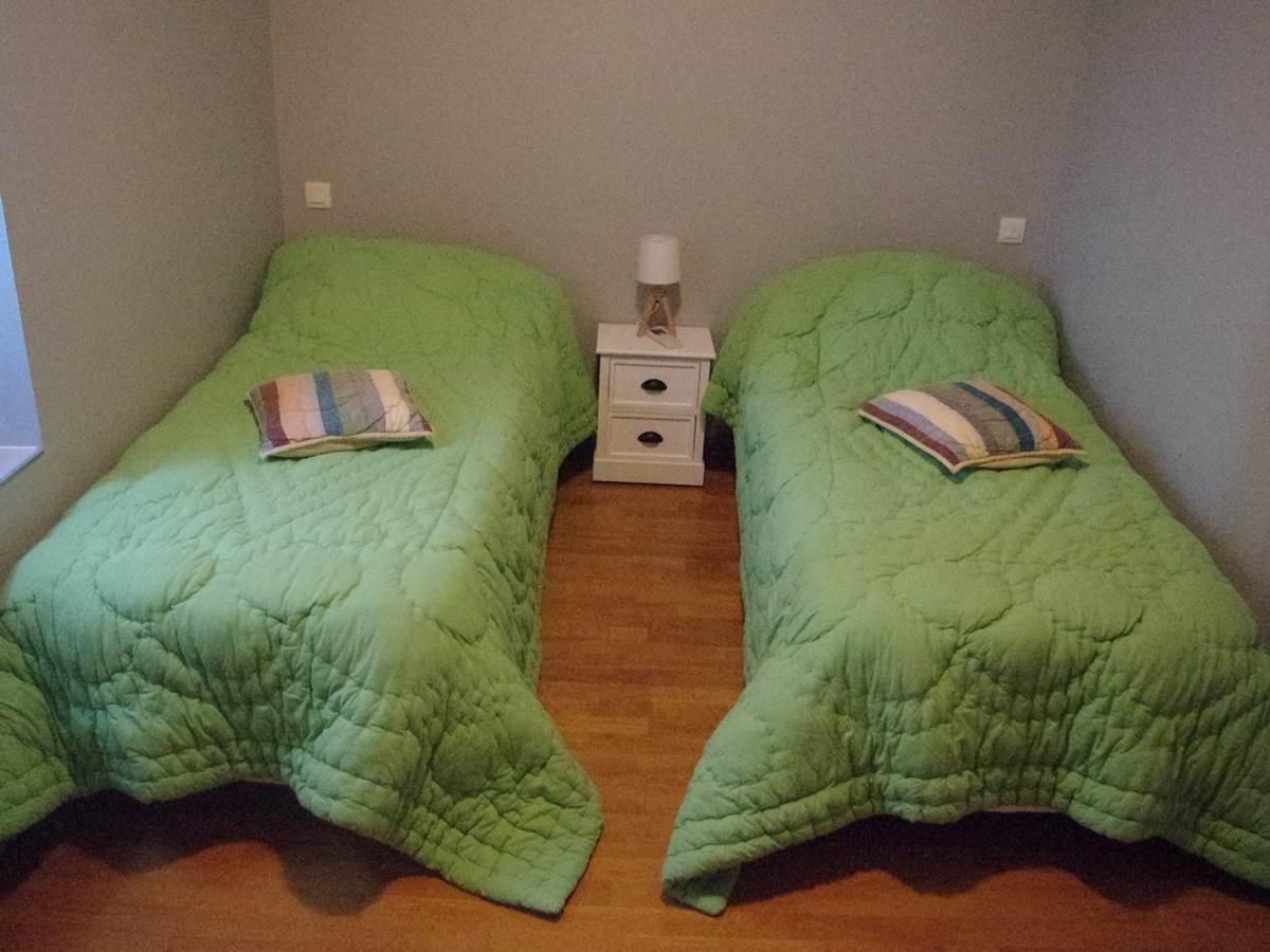 Suite Familiale   1 des 2 chambres  avec 2 lits individuels - Salle d'eau et WC privatifs à cette suite