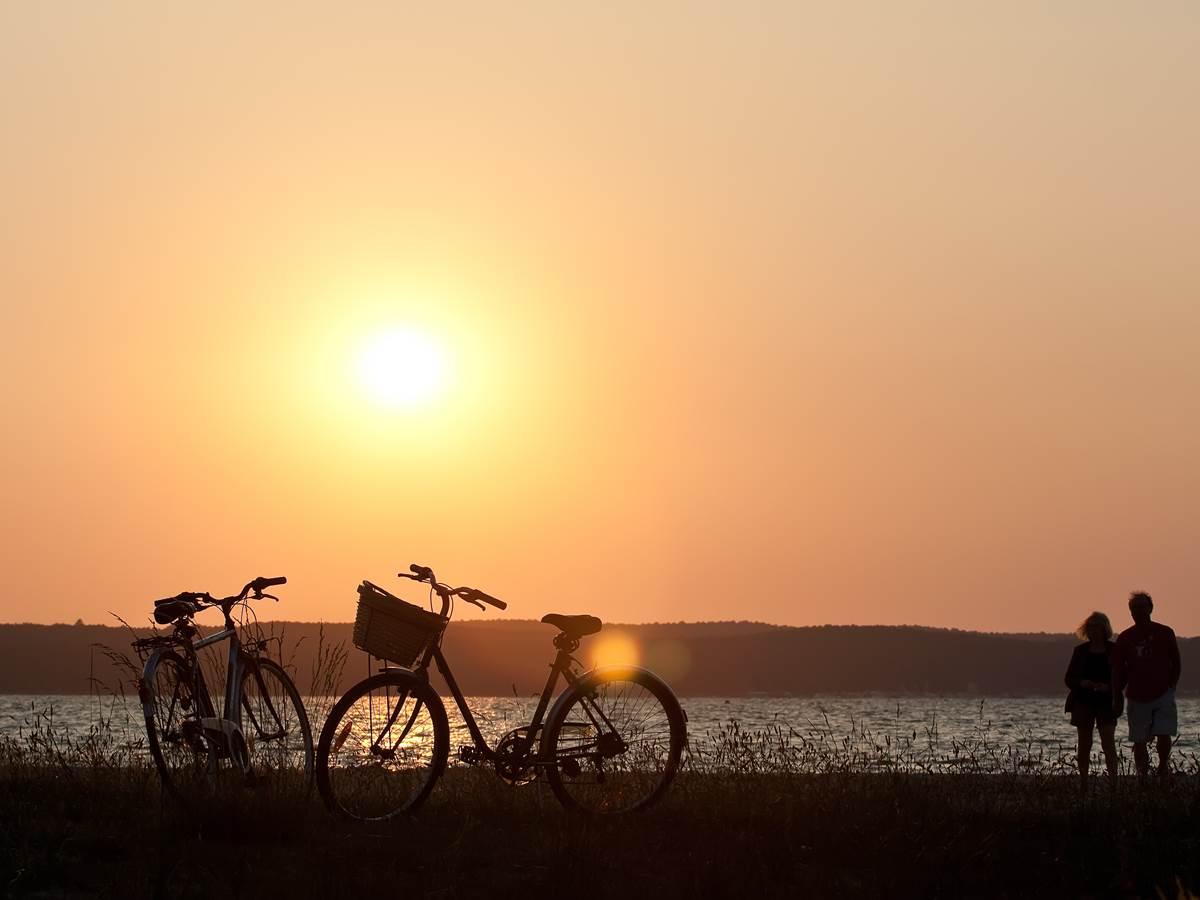 Coucher de soleil au bord de l'eau