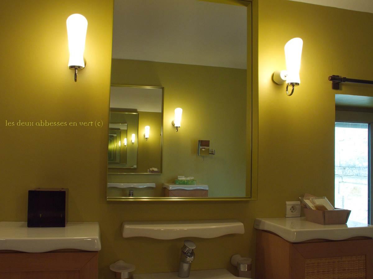 Kirin Salle de Bains avec double lavabo vue sur les chevaux de la fenêtre