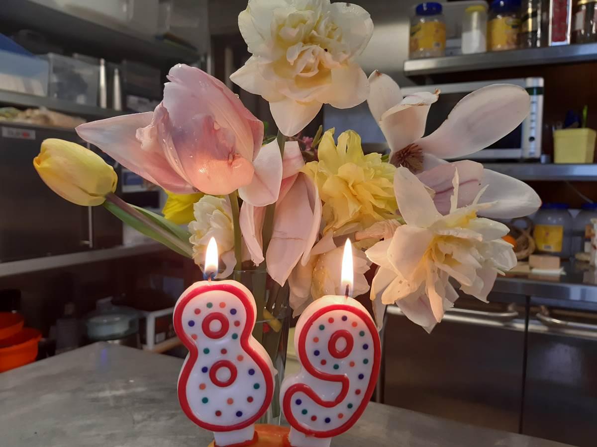 Anniversaire, 89 ans, en confinement, fleurs et bougies, nous pensons bien à vous.