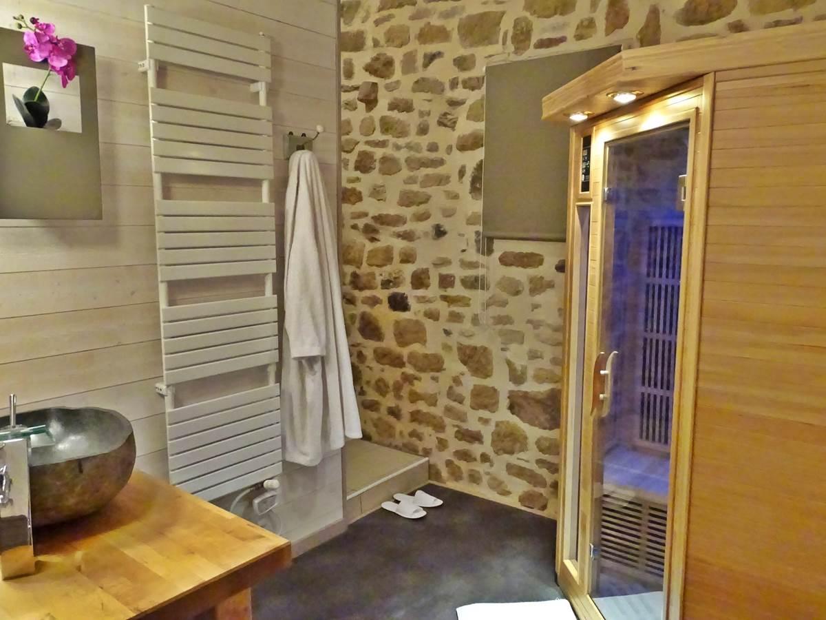les instants voles jacuzzi privatif. romantique salle de bain sauna