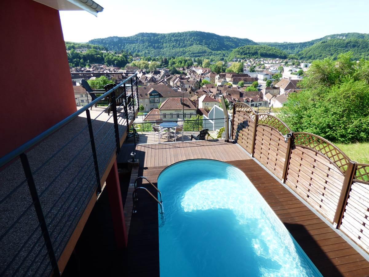 Vue piscine et ville2 Chambres d'Hôtes La Colline aux Yeux Doubs