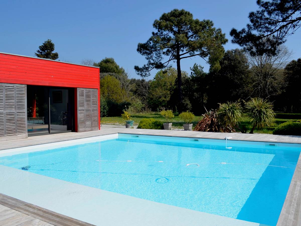 La piscine avec vue sur le parc paysager
