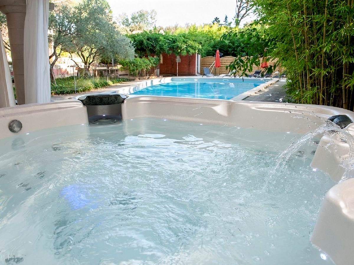138 Jacuzzi avec vue sur la piscine