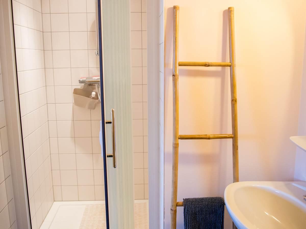 Nos salles d'eau sont toutes équipées d'une douche, d'un lavabo et d'un wc, serviettes et shampoing-douche compris.