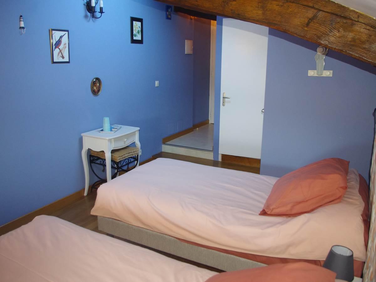 Chambre Les Bleuets 2 lits individuels Salle d'eau et WC privatifs - Bureau - Wifi